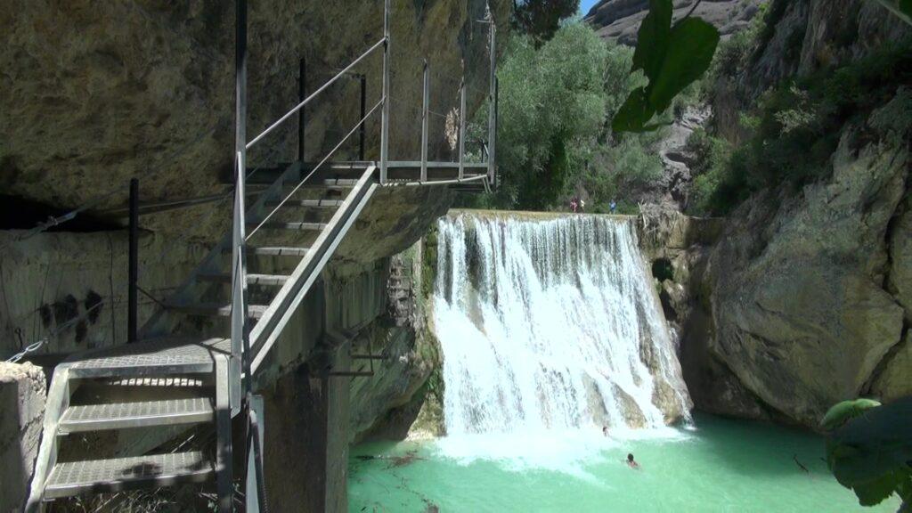 Una de las cosas más placenteras que hacer en Alquezar es bañarse en el tramo de las pasarelas